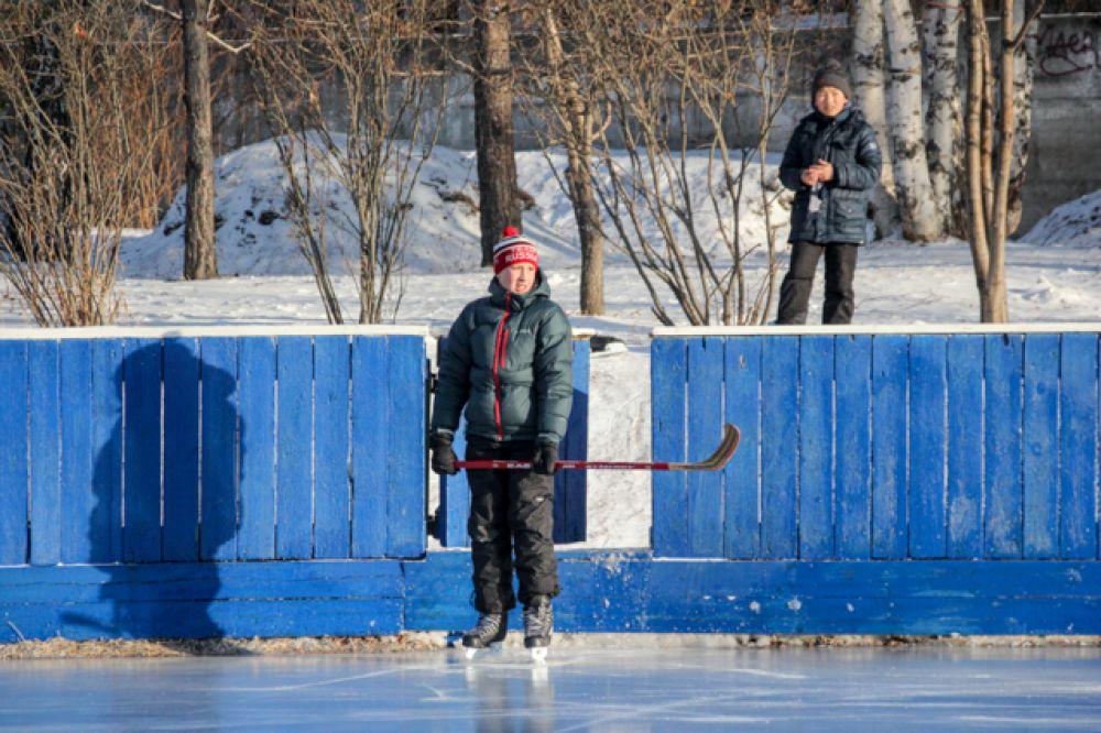 Школа №47 заботится о чистоте льда ежедневно.