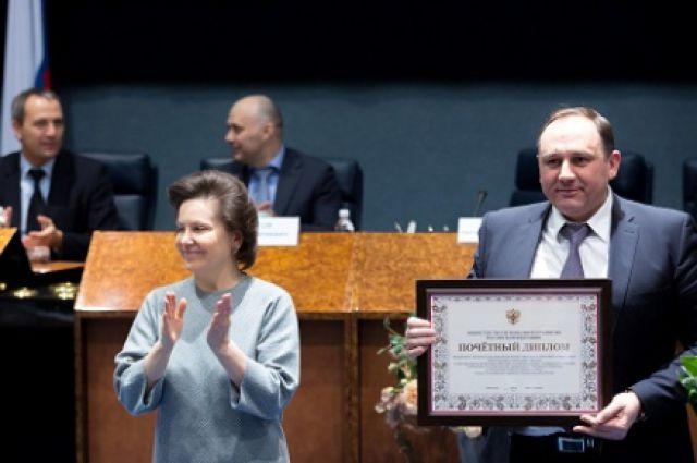 Наталья Комарова вручила диплом Максиму Ряшину.