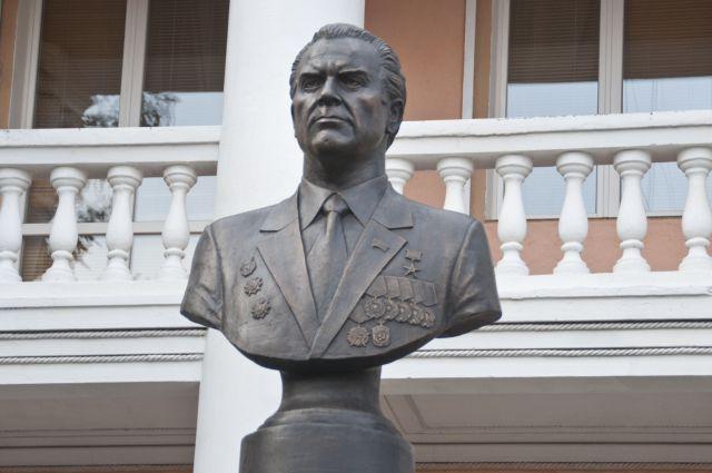 Бюст Сергею Манякину уже установлен в Омске, возможно, скоро появится и улица.
