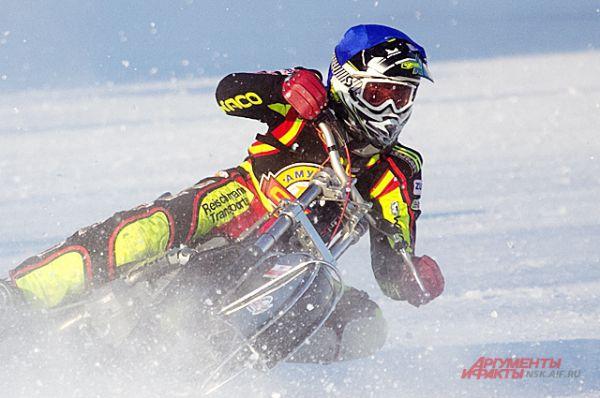 Важно соблюсти правильный радиус поворота и скорость при входе в вираж, иначе центробежная сила выбросит мотогонщика из седла его мотоцикла.