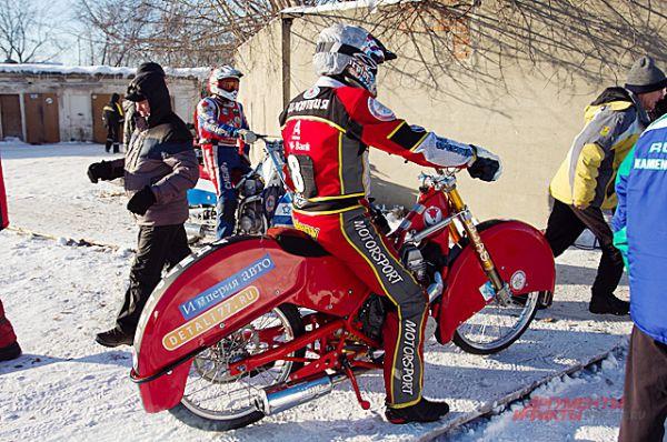 На колёсах мотоцикла шипы 28 мм, они очень острые и гонщики часто о них травмируются