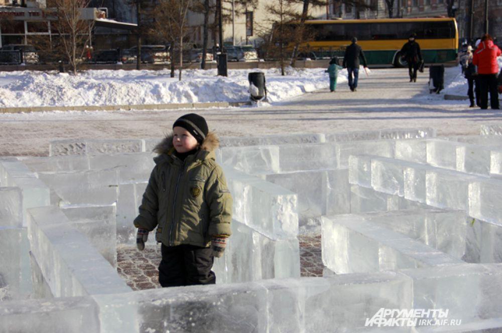Или пройтись по ледяному лабиринту.