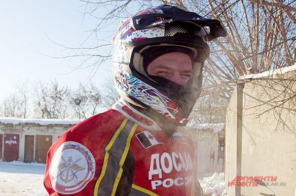 Снаряжению мотоциклисты уделяют большое внимание: утеплённый комбинезон,защита на ноги и специальный шлем