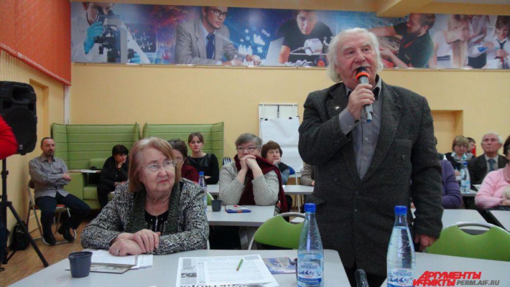 Выступает один из гостей – Евгений Могилин, отец которого был репрессирован и расстрелян под Москвой.