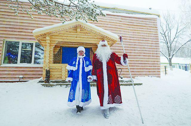 Приморские Дед Мороз и Снегурочка.
