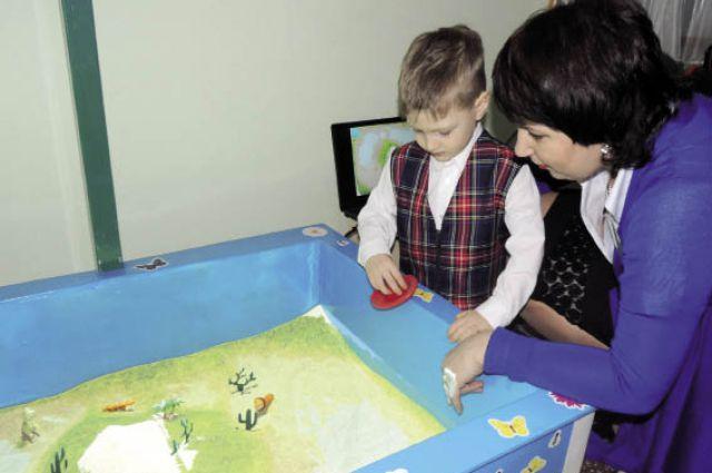 Дети учатся распознавать времена года и разные цвета.