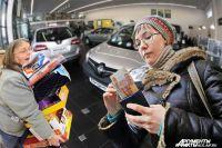 Картина в магазинах и автосалонах напоминала девяностые: хватали все, не глядя на цены и технические характеристики.
