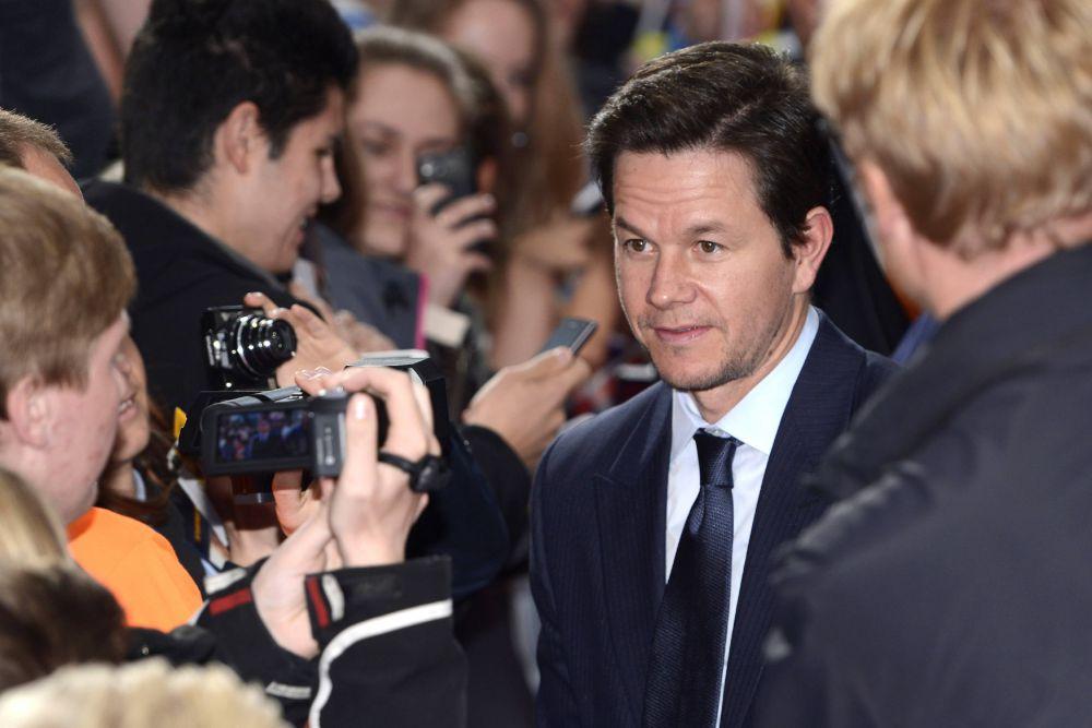 Марк Уолберг ($32 млн). Уолберг вновь попал в рейтинг Forbes благодаря феноменальному коммерческому успеху комедии «Третий лишний» (Ted), вышедшей еще в 2012 году. При бюджете $50 млн картина собрала в прокате $550 млн. В этом году самым успешным проектом актера стал фильм «Уцелевший», с бокс-офисом $140 млн троекратно покрывший расходы в $40 млн. Еще одним потенциальным хитом звезды «Планеты обезьян» обещает стать комедия «Футболисты», в которой ему вновь будет ассистировать Дуэйн «Скала» Джонсон.