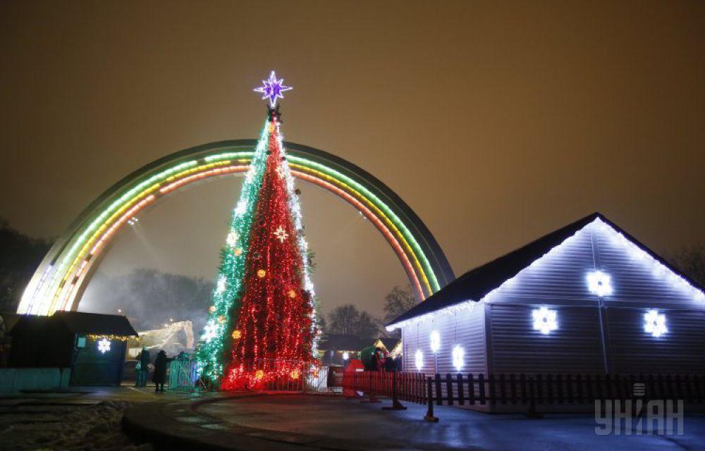 2013 год. В связи с Евромайданом главную елку страны высотой 14 метров установили возле арки Дружбы народов