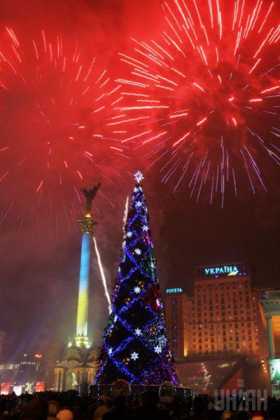 2008 год. На установку и декор елки, а также праздничную программу потратили 1,2 млн грн. 35-метровую конструкцию украсили 300 игрушек, среди которых был символ года – бычок