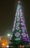 2010 год. Для ее сооружения использовали 450 маленьких елок. Украсили елку 160 игрушками. Также для нее разработали новую компьютерную программу освещения, в которой использовали вертикальные рисунки и национальный орнамент