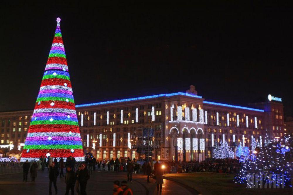 2011 год. Оформление елки выдержали в стиле Евро-2012. Она стала первой новогодней конструкцией в Украине, на которую «прицепили» светодиодные элементы – 12 программ гирлянд периодически меняли узоры