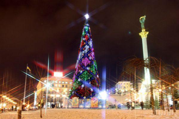 2007 год. 250-300 маленьких елочек потратили на создание новогоднего шедевра высотой 36 м. Для елки закупили светодиодные снежинки и игрушки в виде мышей