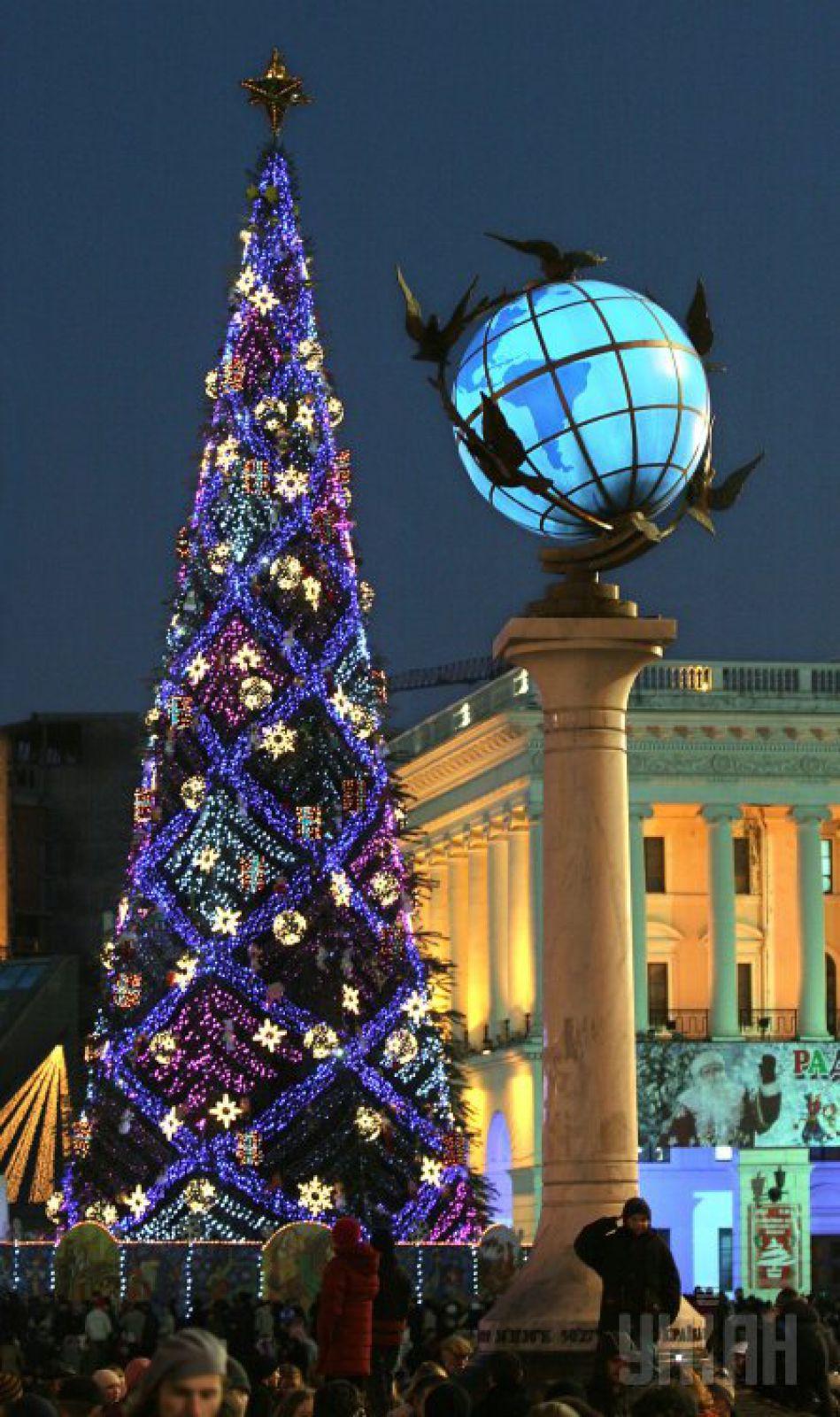 2006 год. Конструкцию собрали из 500 сосен. На украшение потратили 945 тыс. грн бюджета Киева. На эти деньги закупили 6 км цветных гирлянд, которые привезли из Франции, розовые светодиоды и игрушечных свинок
