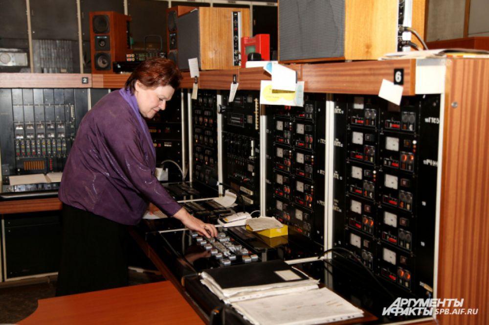 Центральная аппаратная. Инженер 1-й категории Валентина Николаевна Королёва. Обеспечивает прямой эфир (включения из Москвы, прямые эфиры из филармонии)