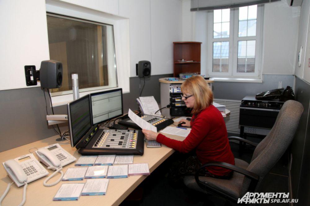 Вещательная студия. Инженер 1-й категории Валентина Николаевна Королёва. Обеспечивает прямой эфир