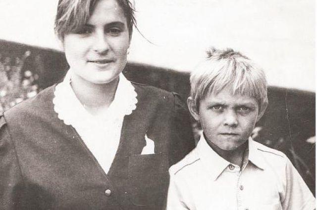 Александр Усик в детстве с мамой