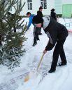 Украшение ёлки началось с уборки нападавшего за день снега