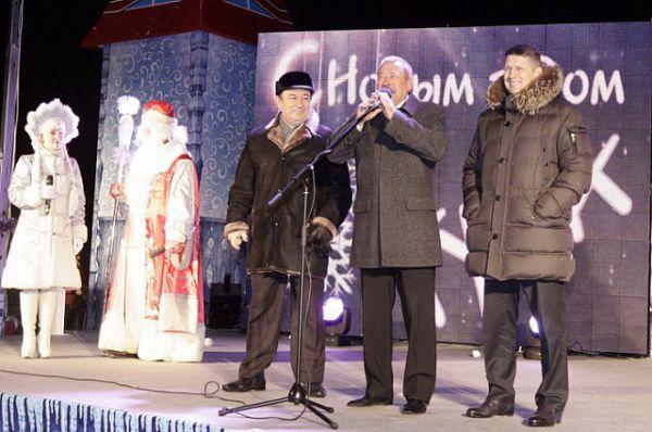 Горожан поздравили председатель правительства области Юрий Андрианов, глава администрации Тулы Евгений Авилов и мэр Юрий Цкипури.