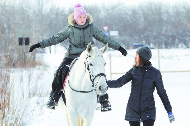 Верховая езда развивает ребёнка, делает его ловким и выносливым.