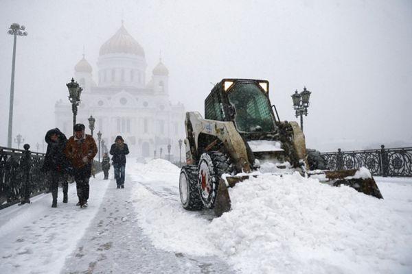 Прохожие у Храма Христа Спасителя в Москве.