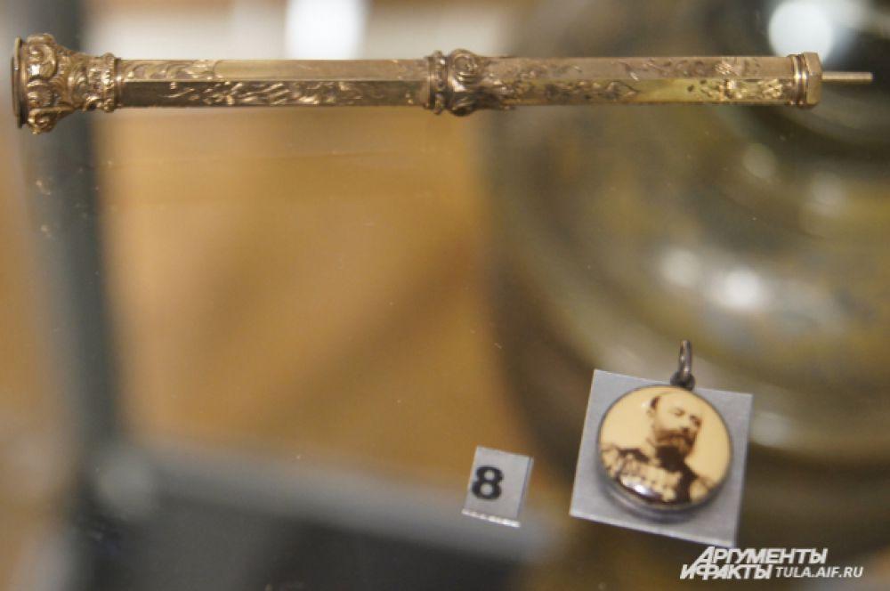 """Карандаш-ручка и жетон капитана крейсера """"Варяг"""" В.Ф. Руднева, конец 19 - нач. 20 вв"""