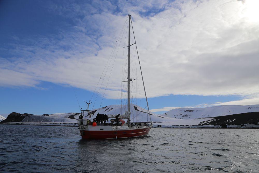 5 декабря 2014 года в 11:00 по московскому времени участники экспедиции «Антарктида-100» вышли в море на парусной яхте ледового класса из аргентинского порта  Ушуайя и взяли курс на Южные Шетландские острова. Им предстояло преодолеть один из сложнейших для мореплавания маршрутов – пролив Дрейка.