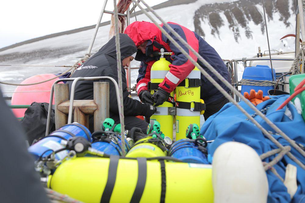 Со слов участников экспедиции, прохождение пролива Дрейка на 16-метровой парусной яхте ледового класса было не самым приятным событием. Исследователям пришлось идти почти весь путь 24 часа в сутки под уклоном в 35–40 градусов. Кроме того, снег и дождь, сменяя друга, друга шли постоянно.