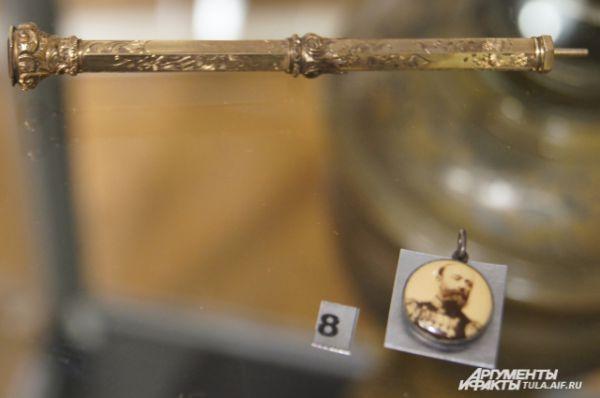 Карандаш-ручка и жетон капитана крейсера