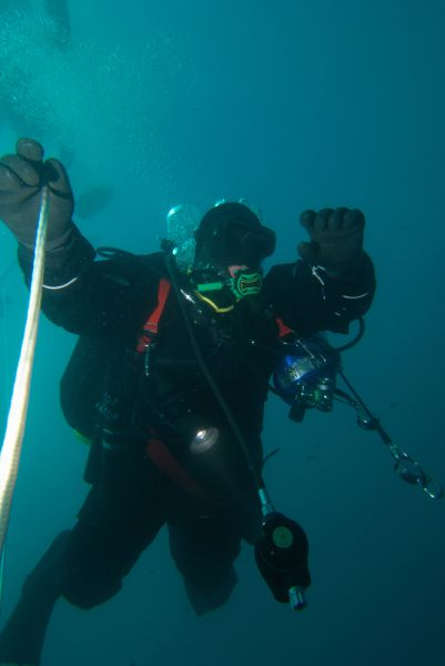Дайверы рассчитывали погрузиться на 100 метров. Однако глубина моря в районе острова Десепшен оказалась всего 97 метров. Исследователи уперлись в дно.