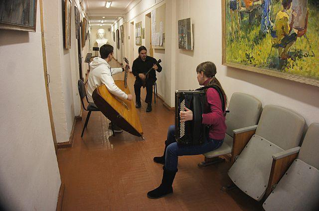 Артисты репетировали прямо в коридоре.