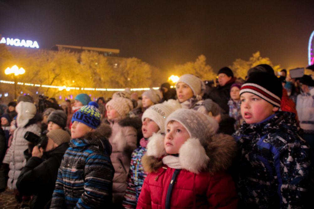 Посмотреть на новогоднее представление пришли целыми семьями.