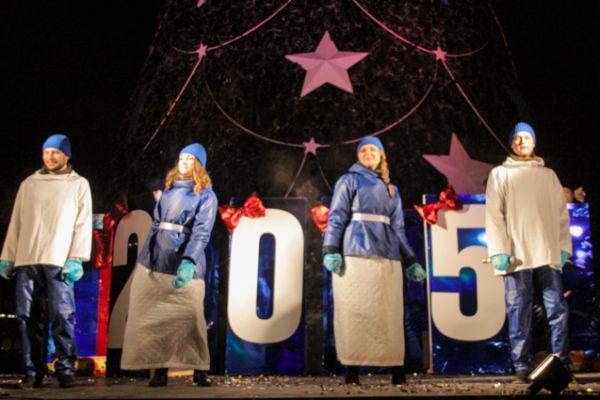 Настроение иркутян подогревали новогодними песнями.