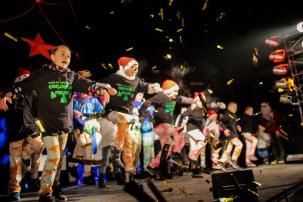 А на сцене тем временем выступали творческие коллективы.