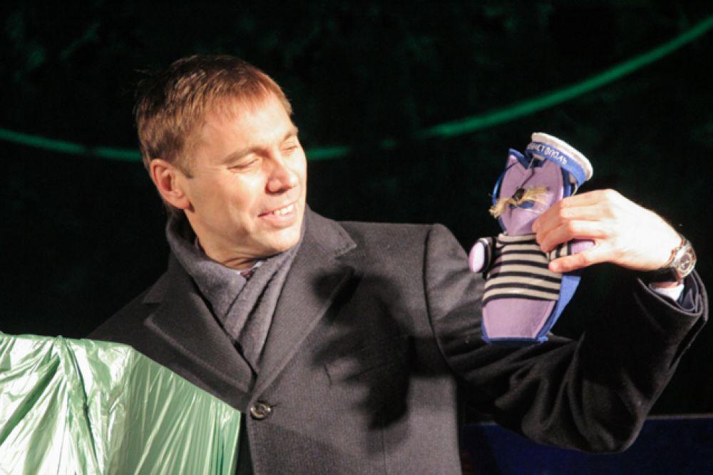 В свою очередь мэру подарили елочные игрушки, сделанные в Севастополе.
