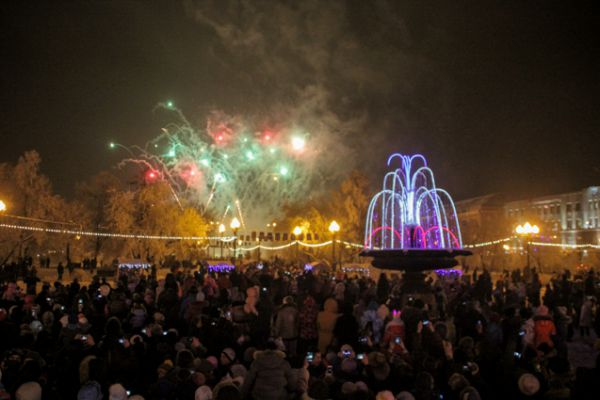 Самым ярким моментом открытия главной иркутской елки стал красочный салют.