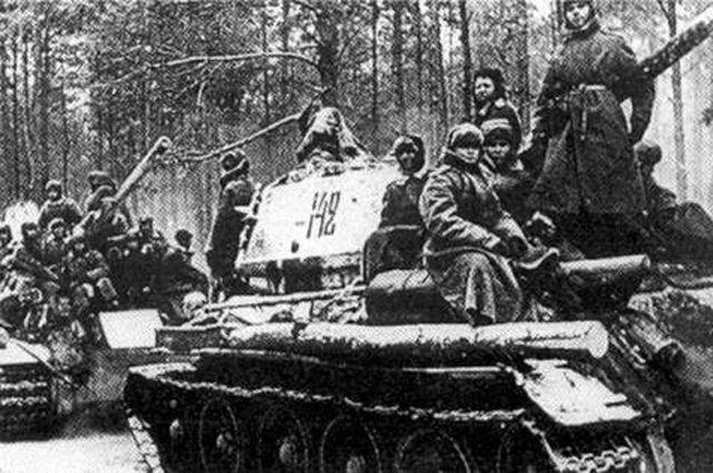 Колонна советских танков в ходе Висло-Одерской операции.