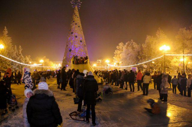 На открытии главной елки Иркутска гости смогли покататься на большой горке в центре города.