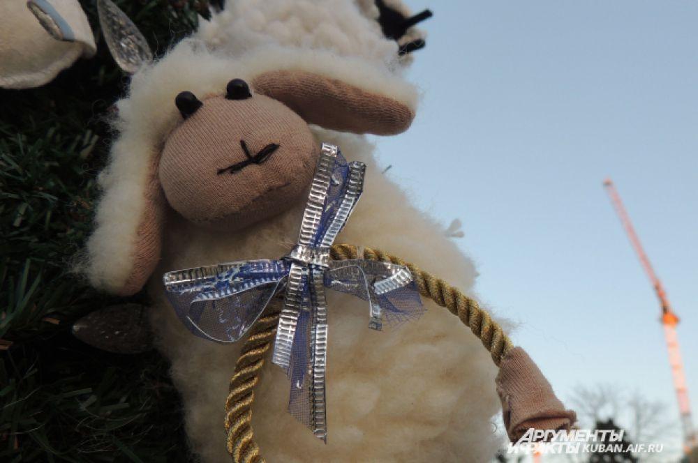 Одна из елок полностью украшена мягкими овечками.