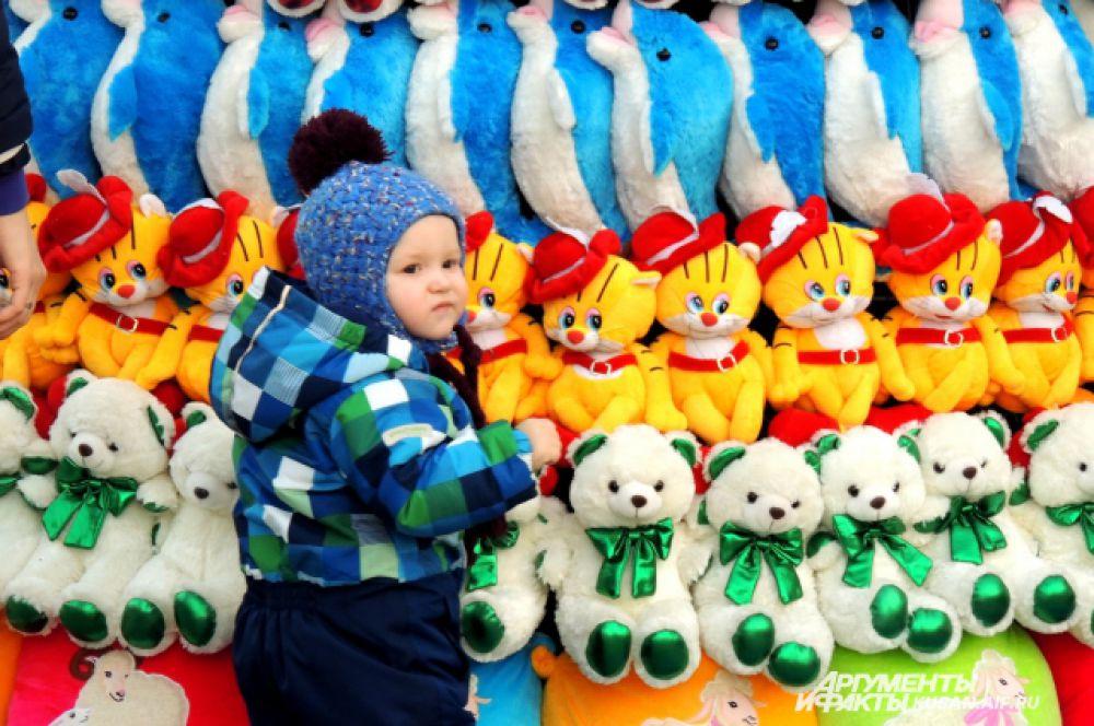 Юных краснодарцев елка из игрушек притягивает больше других.