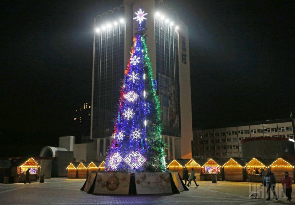 На Троицкой площади в Печерском районе появилась елка высотой 17 метров