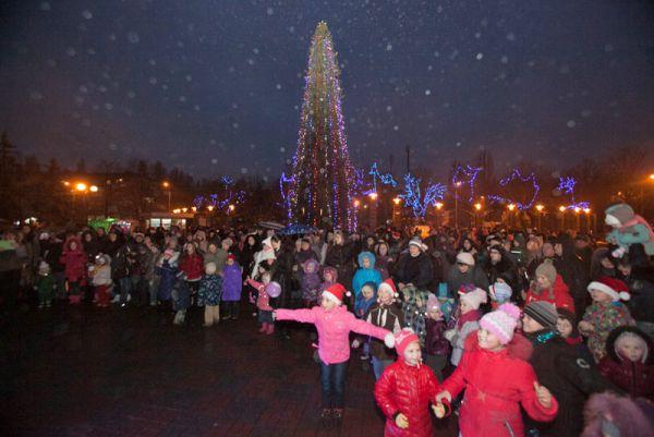 Новогодняя елка в Соломенском районе – 15-метровое дерево, украшенное иллюминацией, шарами и сосульками