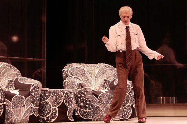 Михаил Боярский в сцене из спектакля «Смешанные чувства». Премьера спектакля по произведению Ричарда Баэра в постановке Олега Левакова на сцене театра имени Ленсовета. 2009 год.
