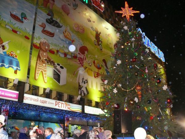 Главную елку Днепровского района установили возле универмага «Детский мир». Ее высота – 10 метров
