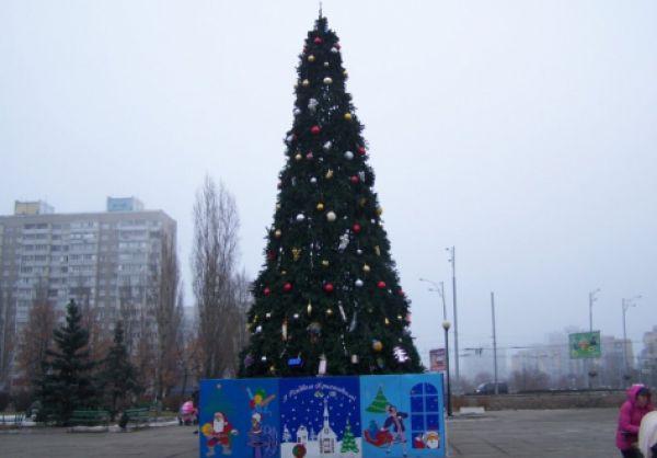В Деснянском районе в этом году предпочли установить искусственную елку-красавицу высотой 12 метров