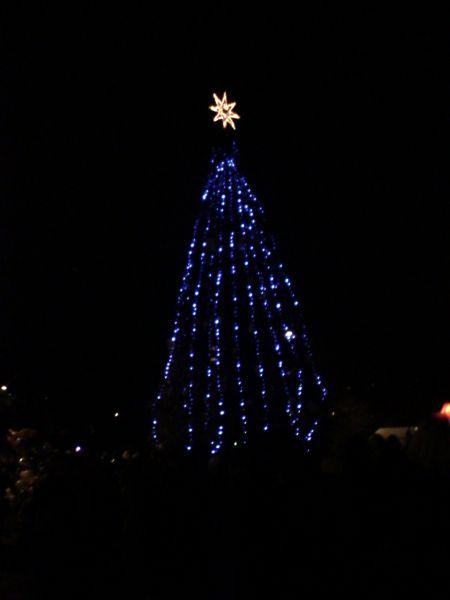 13-метровая елка, декорированная самодельными игрушками, украшает Дарницкий район