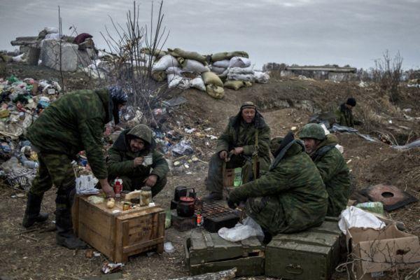 Ополченцы Луганской народной республики на первой линии обороны в Славяносербском районе неподалеку от Луганска.