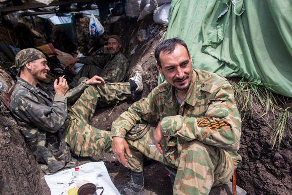 Ополченцы в окопе на передовой позиции в поселке Семеновка.