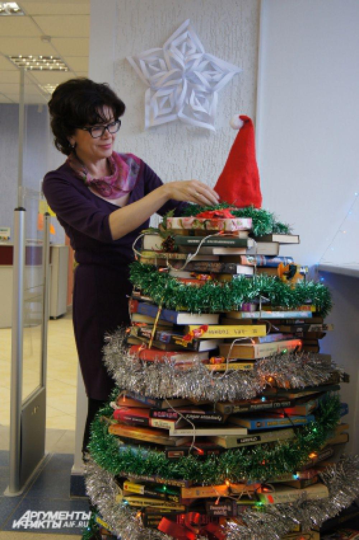 Хотя ёлка может быть сделана из разных материалов. Например, если сложить стопку имеющихся дома книг, получится креативная и модная книжная ёлка.