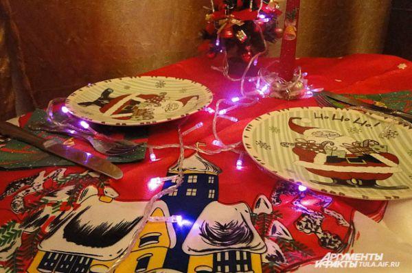 А чтобы осветить полночный стол, можно провести гирлянду между блюдами…